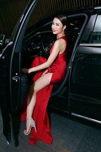 Hoàng Thùy Linh quyến rũ nồng nàn với váy đỏ xẻ sâu