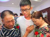 Chàng trai đoàn tụ với gia đình sau 17 năm bị bạn của bố bắt cóc