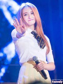 Kpop style 25/7: Seol Hyun xuống tóc, Yoon Ah tóc tết lệch như Selena Gomez