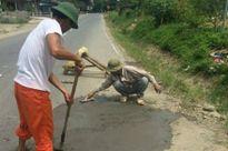 Tạm đình chỉ 3 cán bộ giao thông trách mắng dân tự sửa đường