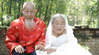 Cảm động cặp vợ chồng trăm tuổi lần đầu chụp ảnh cưới