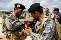 Lính Iran học cách dùng dù và súng AK-74M ở Nga làm gì?