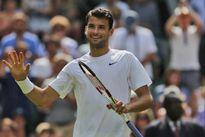 Dimitrov trong chiếc áo quá lớn của Federer
