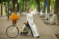 'Nữ sinh' Hồ Ngọc Hà đạp xe trên phố Hà Nội