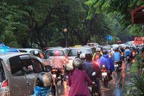 Cửa ngõ Tân Sơn Nhất tê liệt sau mưa lớn