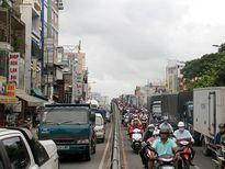 Cửa ngõ sân bay Tân Sơn Nhất kẹt cứng giữa trưa