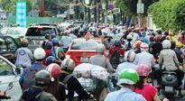 Hàng ngàn phương tiện xếp hàng đi qua 'hố tử thần' lớn nhất SG