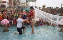 Hot: Cô gái mặc bikini 2 mảnh kết hoa hồng được cầu hôn dưới mưa