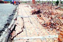 Sập tường công ty Đài Loan, 3 công nhân rơi từ trên cao xuống đất