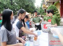 Chương trình ' Bát cháo yêu thương' của Công an thị xã Hoàng Mai