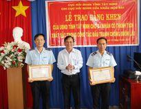 Khen thưởng đột xuất 2 cán bộ hải quan cửa khẩu Mộc Bài vụ bắt giữ hàng lậu