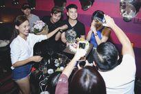 Bạn trai thiếu gia ân cần chăm sóc Diệp Lâm Anh trong tiệc sinh nhật