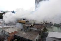 Cháy kho giấy, đe dọa nhiều nhà dân ở Sài Gòn