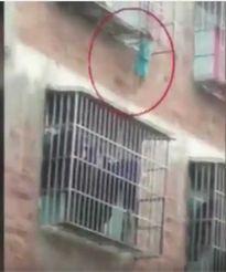 Thót tim trước cảnh đứa trẻ bốn tuổi treo lơ lửng trên hàng rào ban công