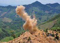 Bộ đội công binh dùng mìn đánh sập hầm vàng