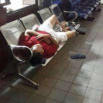 Người nhà bệnh nhân lấy hành lang làm 'chiếu ngủ' đêm tại bệnh viện