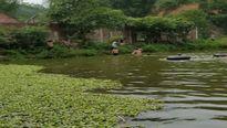 Hà Tĩnh: Người dân lặn tìm thi thể hai bố con bị đuối nước dưới hồ