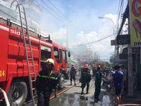 Cháy lớn ở khu dân cư, người dân hoảng loạn tháo chạy