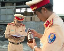 PC67 Công an Thanh Hóa bắt giữ 420 chai rượu ngoại nhập lậu