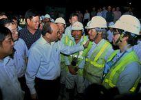 Thủ tướng thăm công nhân thi công hầm Đèo Cả