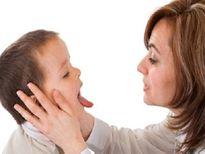 Những sai lầm nguy hiểm cha mẹ hay mắc phải khi con hóc dị vật