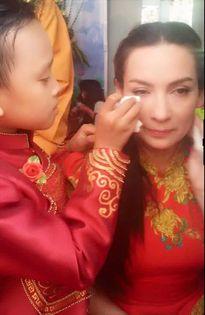 Facebook sao Việt 29/8: Minh Tú 'quên' nội y dù diện vest phanh ngực
