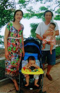 Hạnh phúc của cặp vợ chồng tuổi 60 chăm con nhỏ sinh đôi