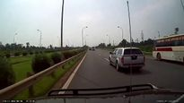 Lộ clip xe khách chuyển làn ẩu gây tai nạn trên đại lộ Thăng Long