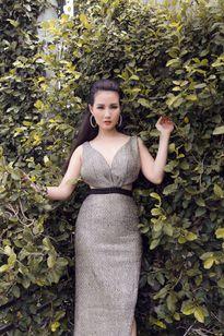 Hoa hậu quý bà Sương Đặng khoe vẻ đẹp sang trọng, quyến rũ với đầm ánh bạc