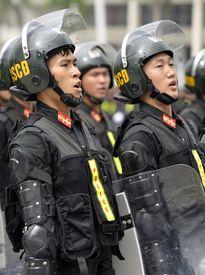 Cảnh sát cơ động phô diễn dàn phương tiện hùng hậu