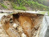 Hố 'tử thần' sâu 10m chia cắt Quốc lộ 16 ở Thanh Hóa