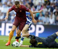 """Mưa ngập trời, """"hoàng tử thành Rome"""" Totti lập kỳ công"""