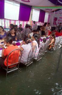 Cưới mùa mưa lũ: Ăn cỗ ngâm chân trong nước, cô dâu xách váy đến gối chụp ảnh