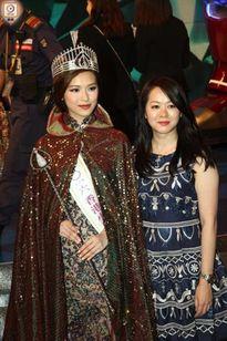 Chưa kịp gây tiếng vang, Hoa hậu Hong Kong 2016 đã bị lu mờ trước vẻ trẻ đẹp của mẹ mình