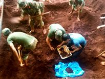 Phát hiện 9 hài cốt liệt sĩ khi làm đường ống nước