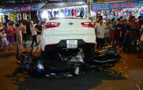 Ô tô lùi gấp, cuốn 6 xe máy vào gầm ở Sài Gòn