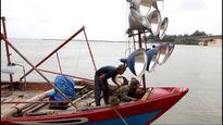 Quảng Trị: Sửa sang tàu thuyền chuyển sang đánh bắt cá tầng nổi