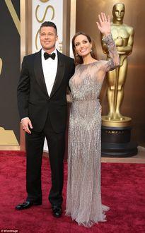 Selena Gomez khiến Angelina Jolie phẫn nộ vì tán tỉnh Brad Pitt 'một cách trơ trẽn'?