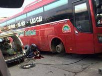 Bơm nổ lốp xe khách ở bến Mỹ Đình, một nam thanh niên nguy kịch