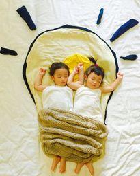 Cặp song sinh Nhật Bản siêu kute với bộ ảnh sắp đặt trong khi ngủ