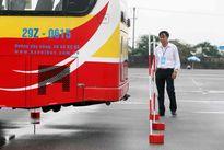 Hà Nội: Tài xế xe buýt trình diễn kỹ năng 'tay lái lụa'