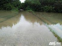 Nhiều tuyến đường ở Hà Tĩnh vẫn chìm trong nước lớn