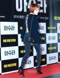 Song Joong Ki mặc đồ đơn giản, đọ vẻ nam tính với T.O.P