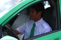 Tài xế Phan Văn Bắc chính thức nhận xe taxi quà tặng của Tập đoàn Mai Linh