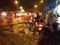 TPHCM: Mưa lớn bất chợt, đường phố biến thành sông