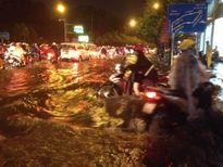 TP HCM: Mưa lớn bất chợt, đường phố biến thành sông
