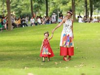 Đoan Trang cùng con gái diện áo dài đôi mê hoặc fan hâm mộ