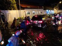 Nhiều tuyến phố ở Sài Gòn biến thành sông sau cơn mưa lớn chiều 26/9