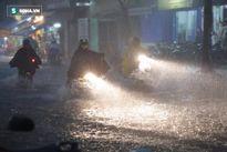 Mưa như trút ở Sài Gòn, nước ngập đến nửa thân người