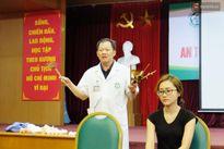 Clip: Bác sĩ BV Bạch Mai chỉ cách sơ cứu nạn nhân bị vật sắc nhọn đâm vào cổ, mạch máu chủ